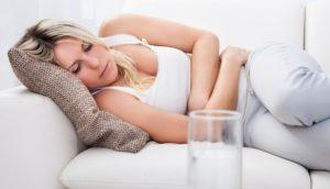 женщина держится за живот ротавирусная инфекция