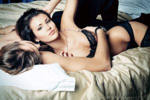 сексуальная девушка с парнем на кровате